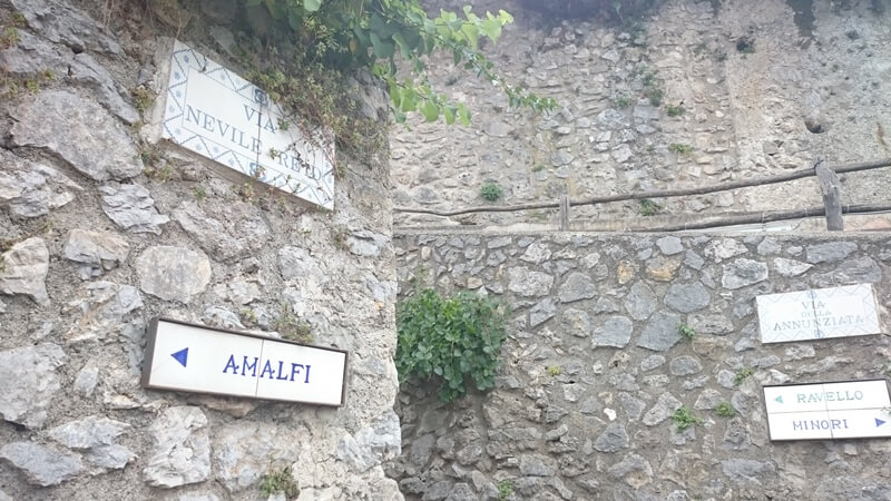 The winding walled paths on the road from Amalfi Town to Ravello